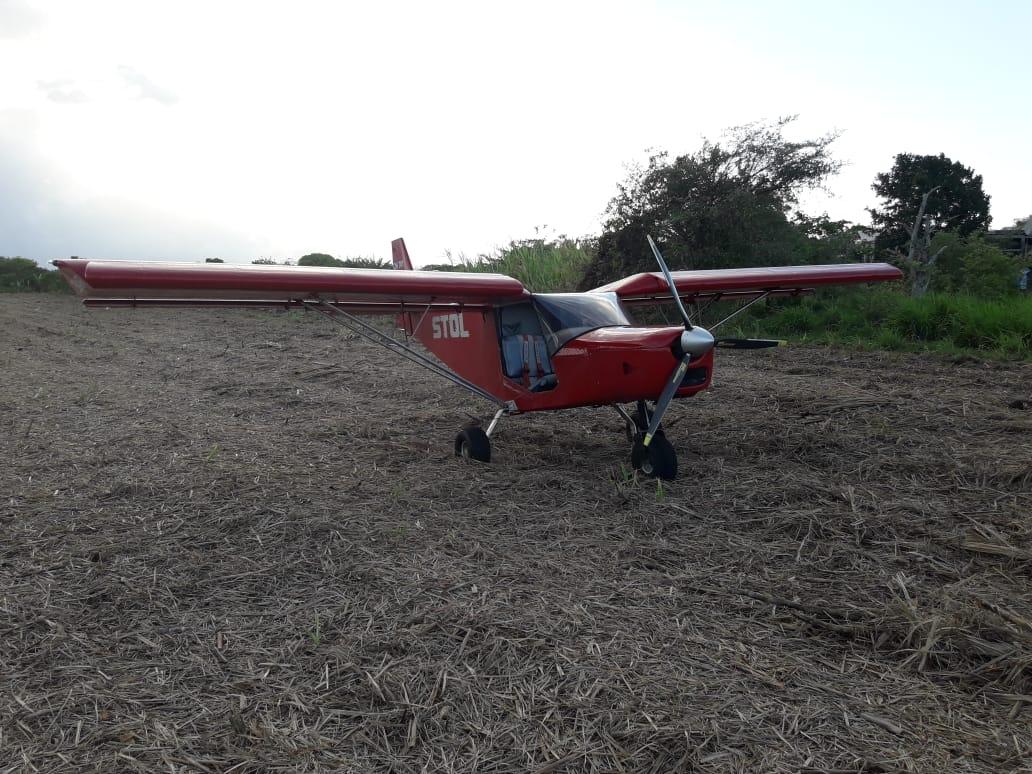 Un petit avion se pose en urgence dans un champ à Marie-Galante