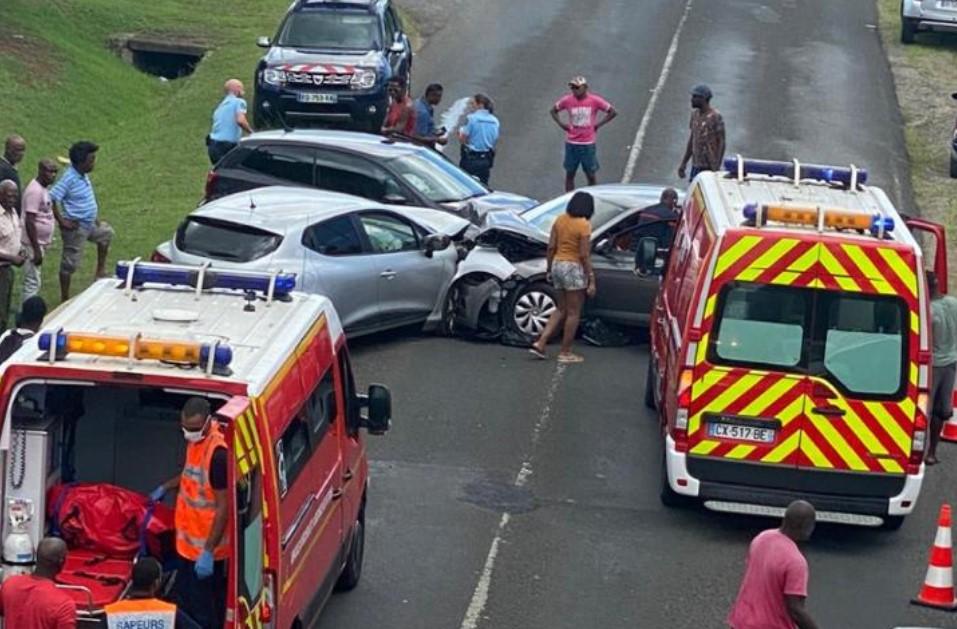 Un accident entre trois voitures sous le pont du Lamentin