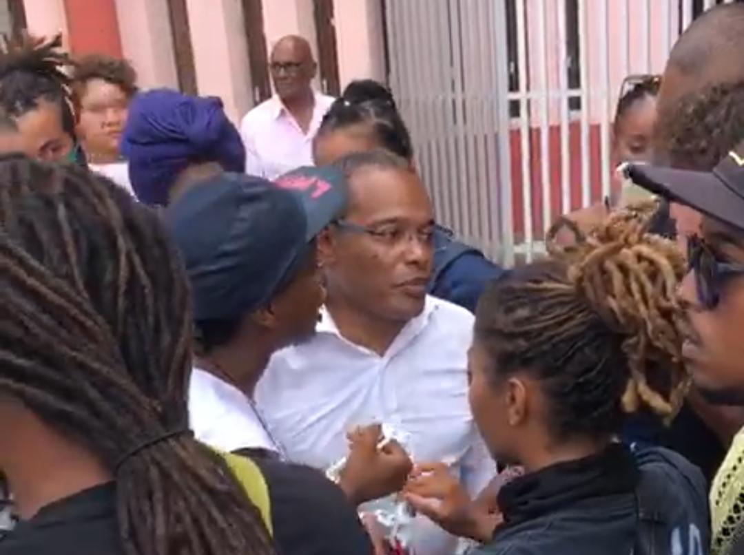 Tensions entre Didier Laguerre et des militants devant la mairie