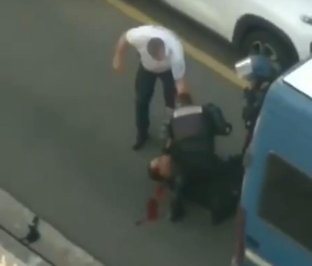 Un jeune militant blessé lors de son interpellation devant le commissariat
