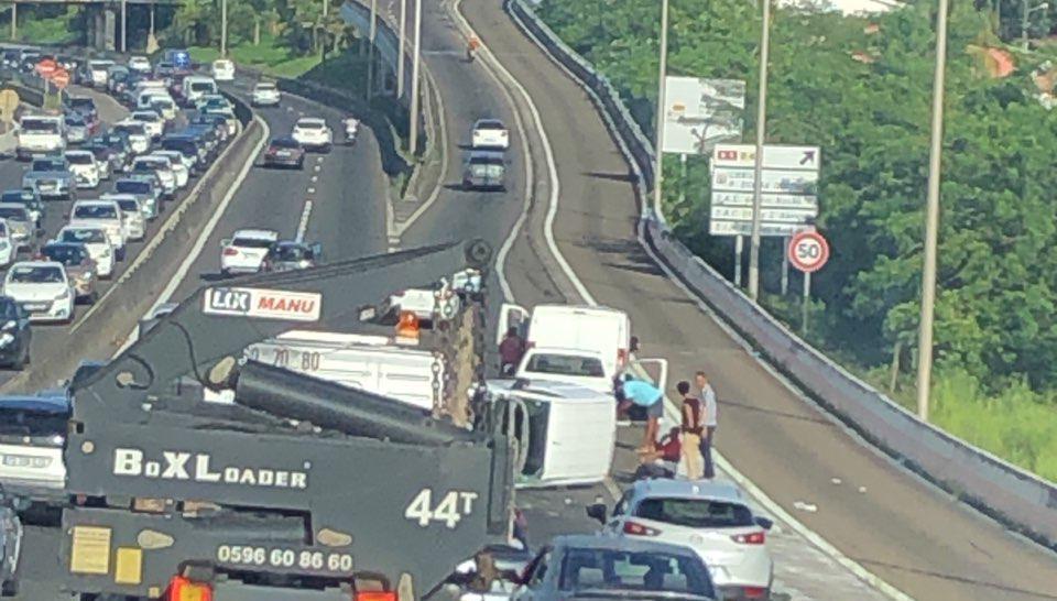 Un fourgon couché sur le flanc sur l'autoroute : embouteillages dans les deux sens