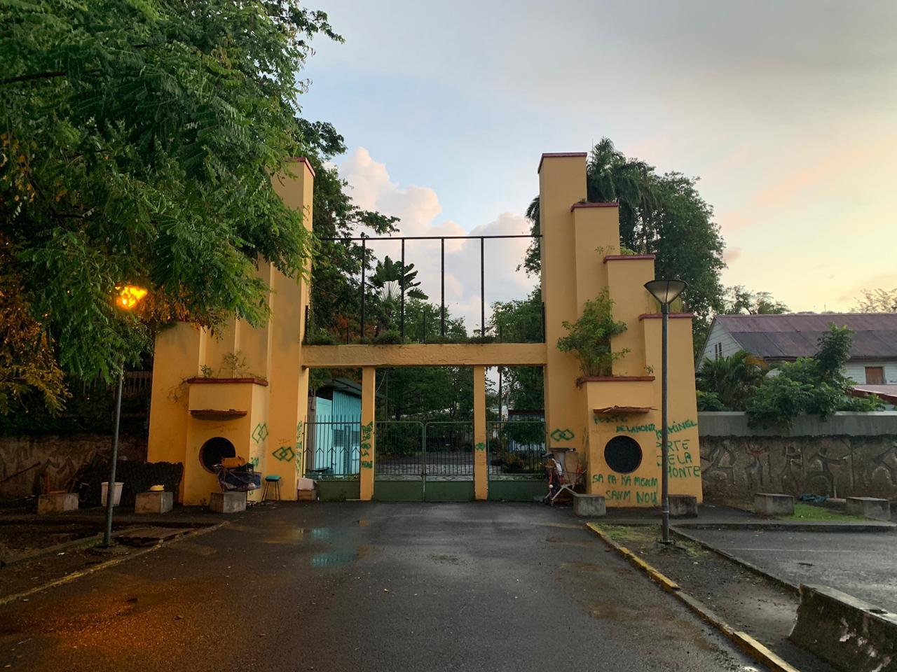 Les activistes donnent un ultimatum au maire de Fort-de-France pour le démontage de la porte du tricentenaire