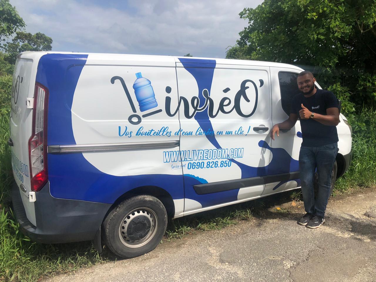 Un jeune Guadeloupéen lance un service de livraison de packs d'eau