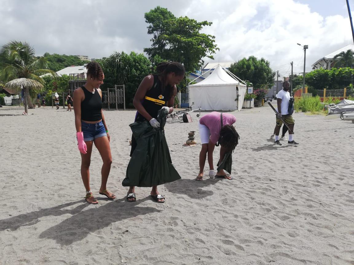 Nettoyage de la plage de l'Anse Madame