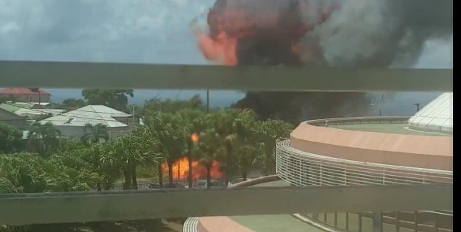 Un véhicule prend feu devant le Conseil Régional