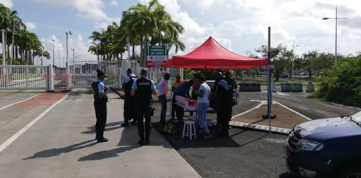 Les agents de sûreté bloquent l'entrée du port de Jarry