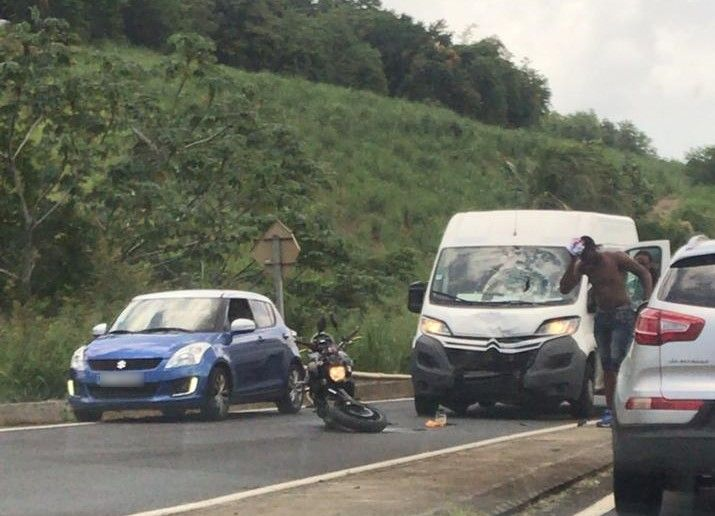 Collision entre une moto et une camionnette à Trinité