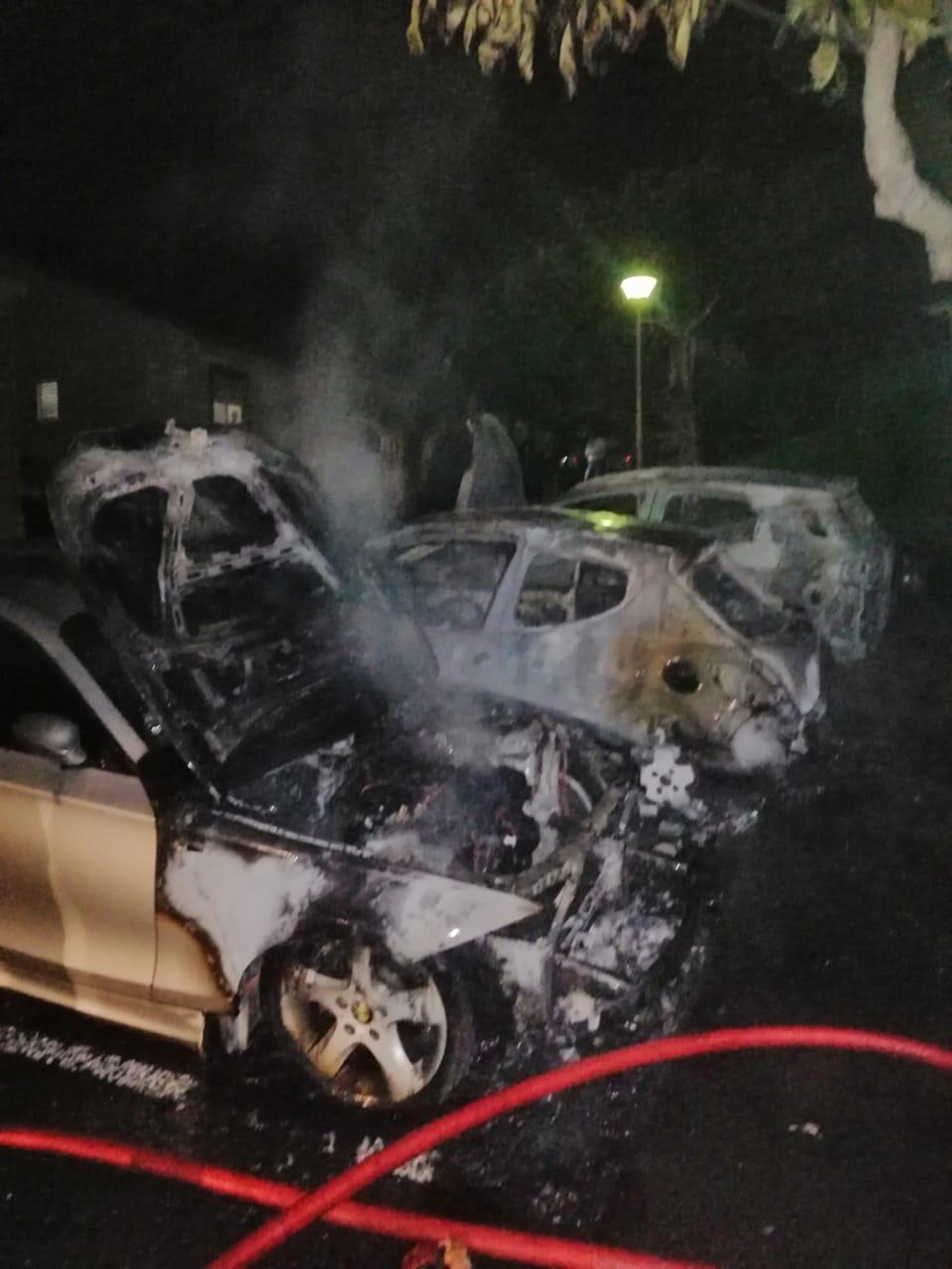Incendie de véhicules à Sainte-Anne : une enquête ouverte