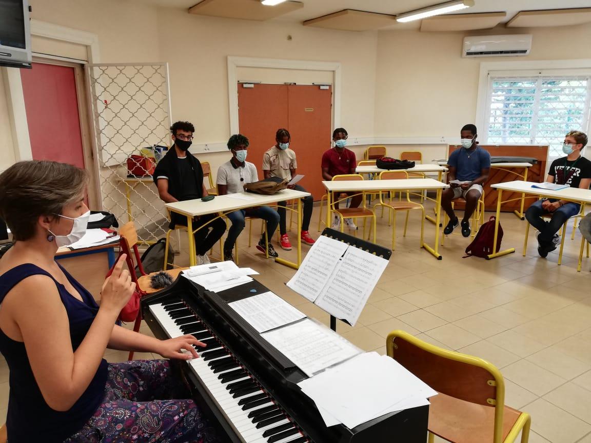 Chanter masqué : le défi des lycéens de Coeffin