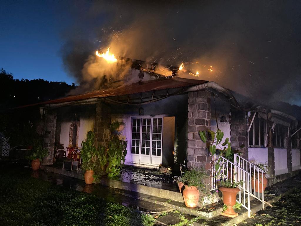 Une maison en bois emportée par les flammes à Gourbeyre