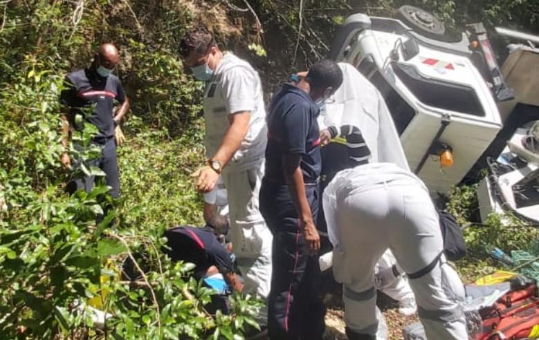 Un camion nacelle chute dans un fossé à Sainte-Anne