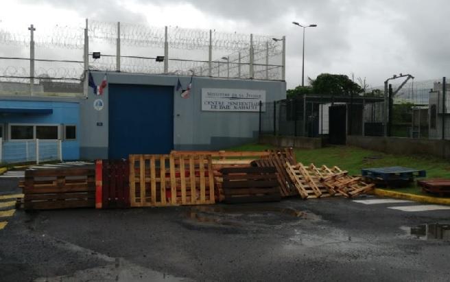 Les agents du centre pénitentiaire de Fond Sarail bloquent l'accès