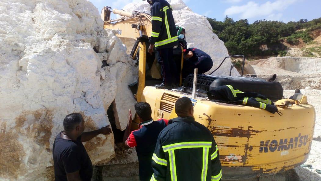 Un bloc de pierres tombe sur une pelleteuse avec son conducteur dedans