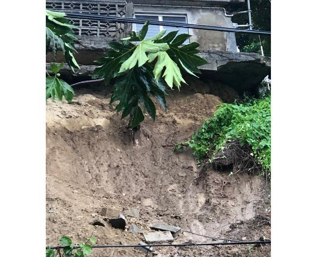 Une maison occupée par deux personnes âgées menace de s'effondrer après un glissement de terrain