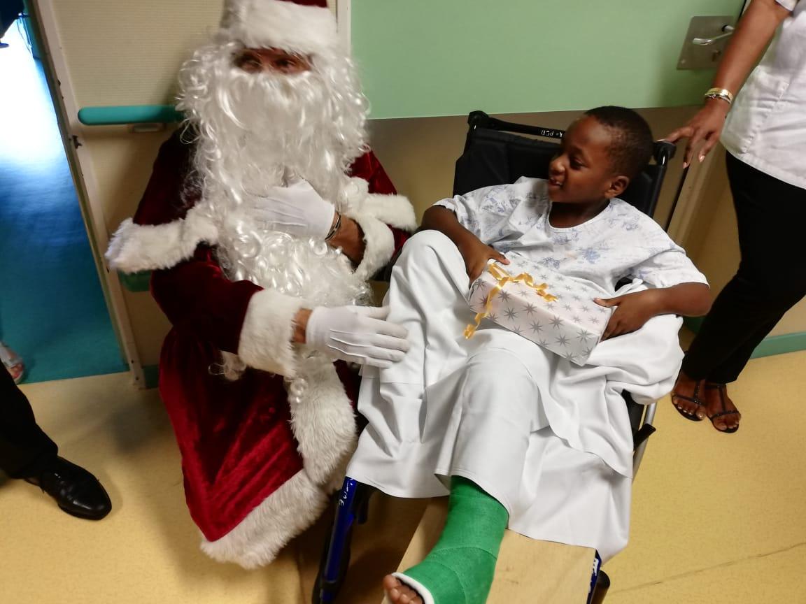 Visite du Père Noël aux enfants hospitalisés à la Maison de la femme, de la mère et de l'enfant