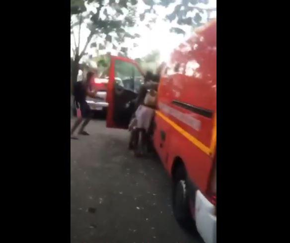 """Un camion de pompiers """"visité"""" par des jeunes en pleine intervention"""