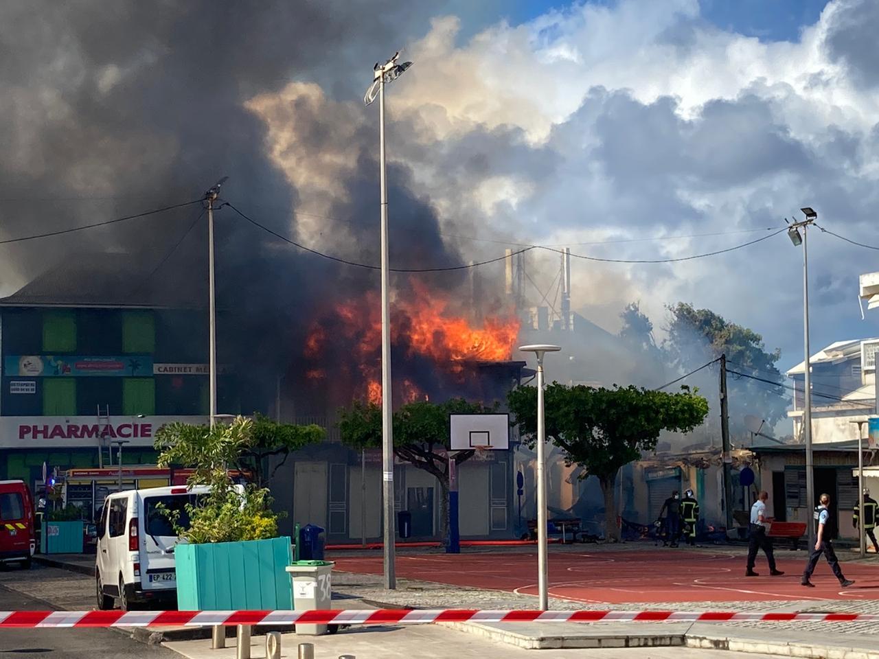 Plusieurs bâtiments en flammes au Moule