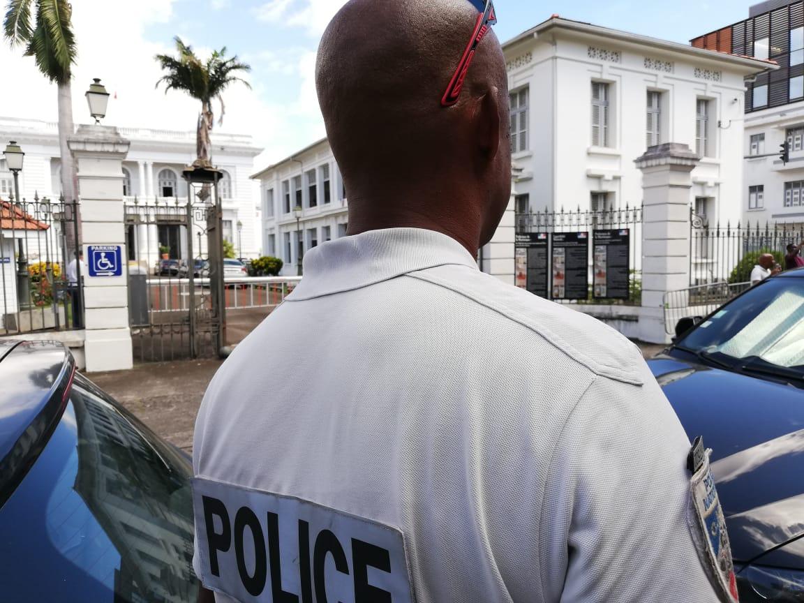 Une quarantaine de policiers manifestent devant la préfecture