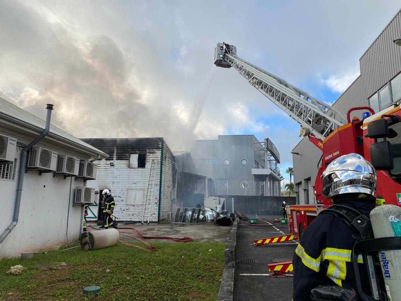 Incendie à Jarry : la circulation est toujours très perturbée sur la RN1