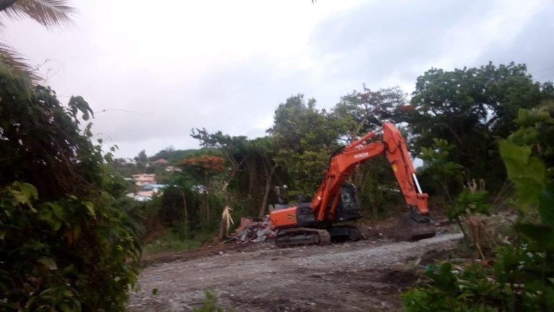 Route d'une station-service au Vauclin détruite par une tractopelle