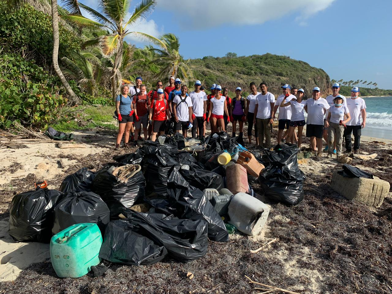 Une collecte des déchets sur le littoral de Cap Chevalier