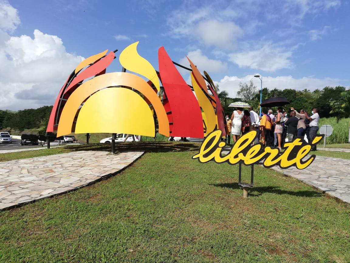 La sculpture des « flammes de la liberté » inaugurée à Trinité
