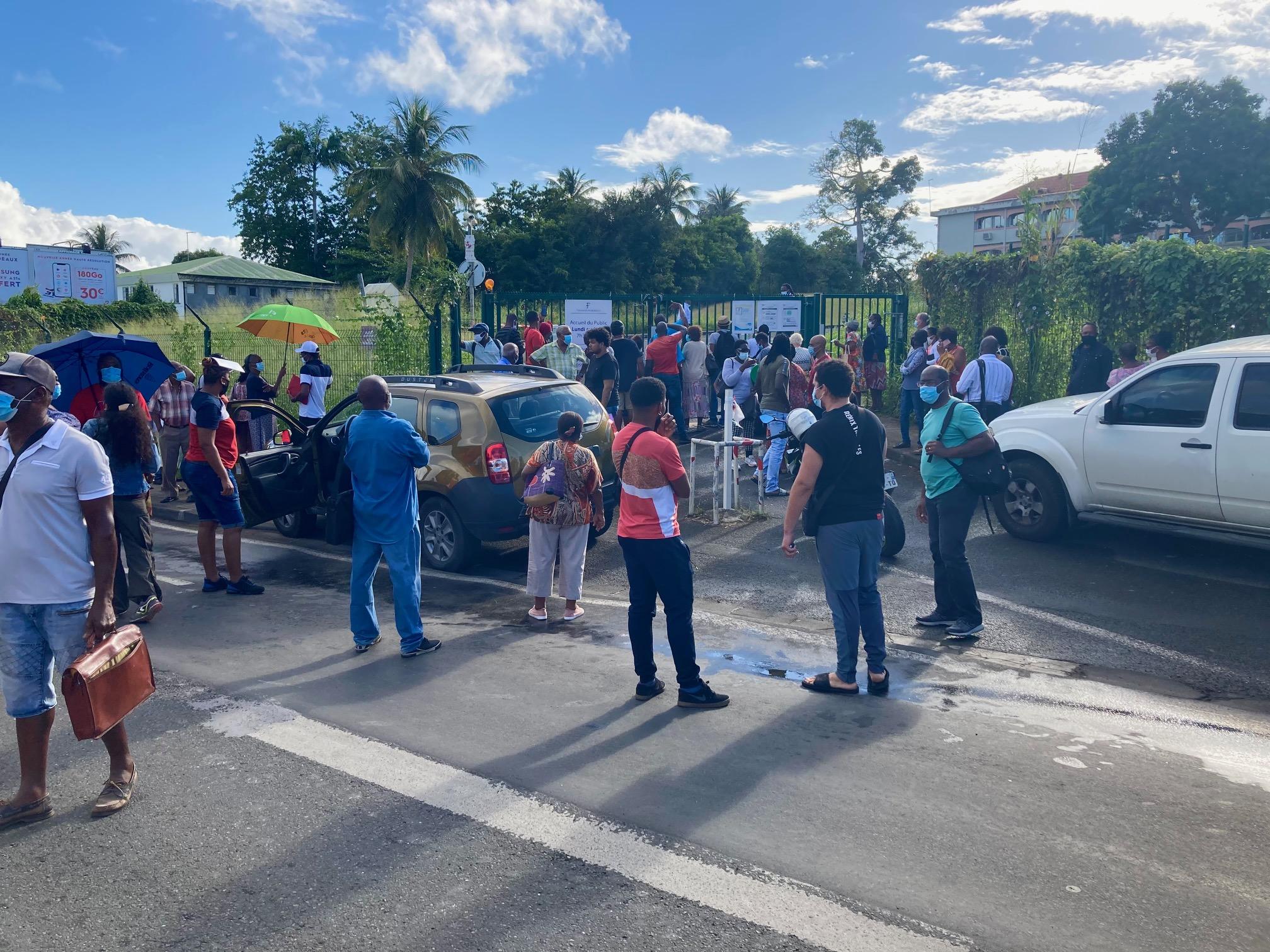 Blocage routier devant les impôts suite à un mouvement d'usagers