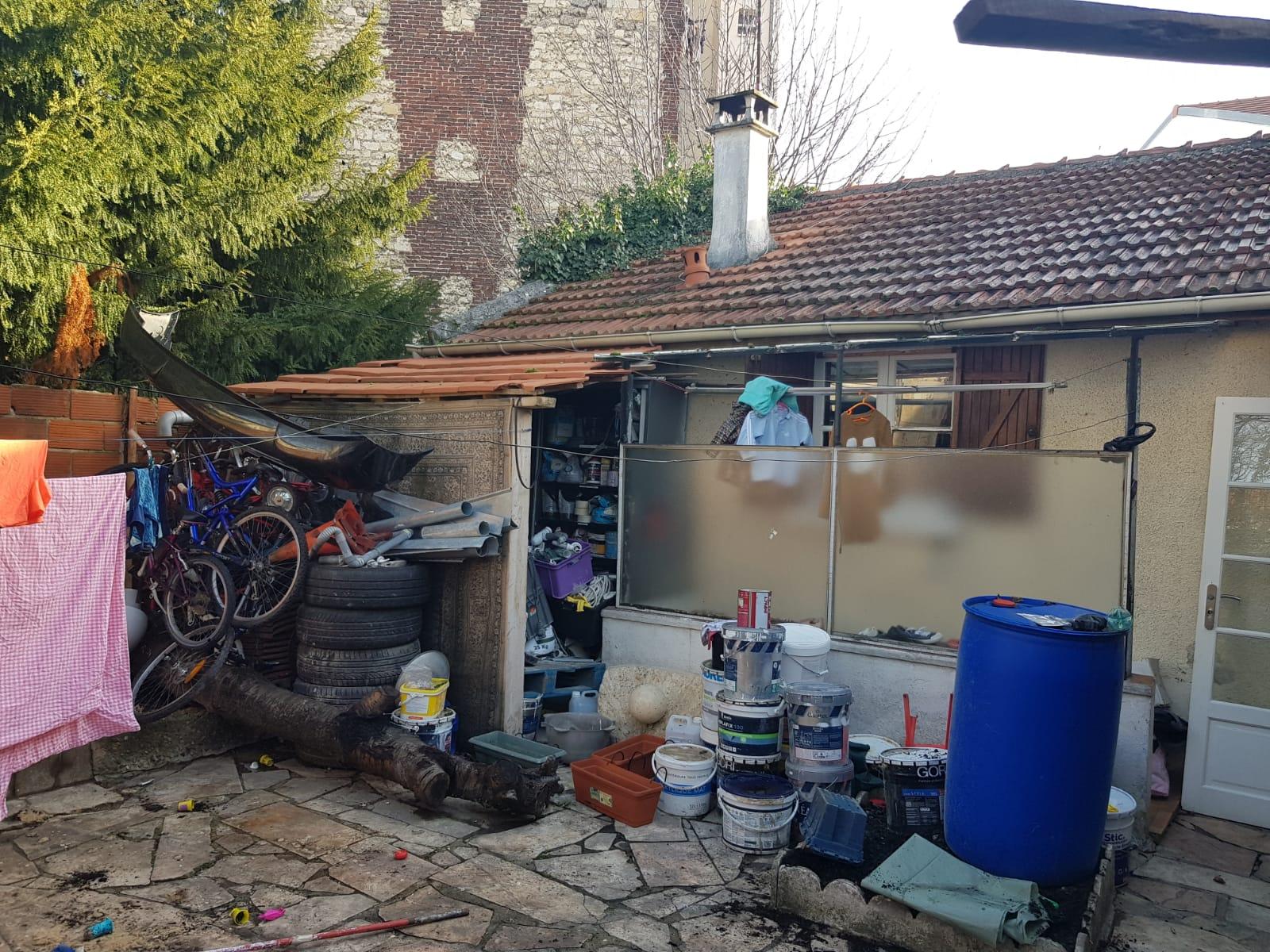 Sa maison occupée contre son gré, une Martiniquaise campe dans le garage de ses amis