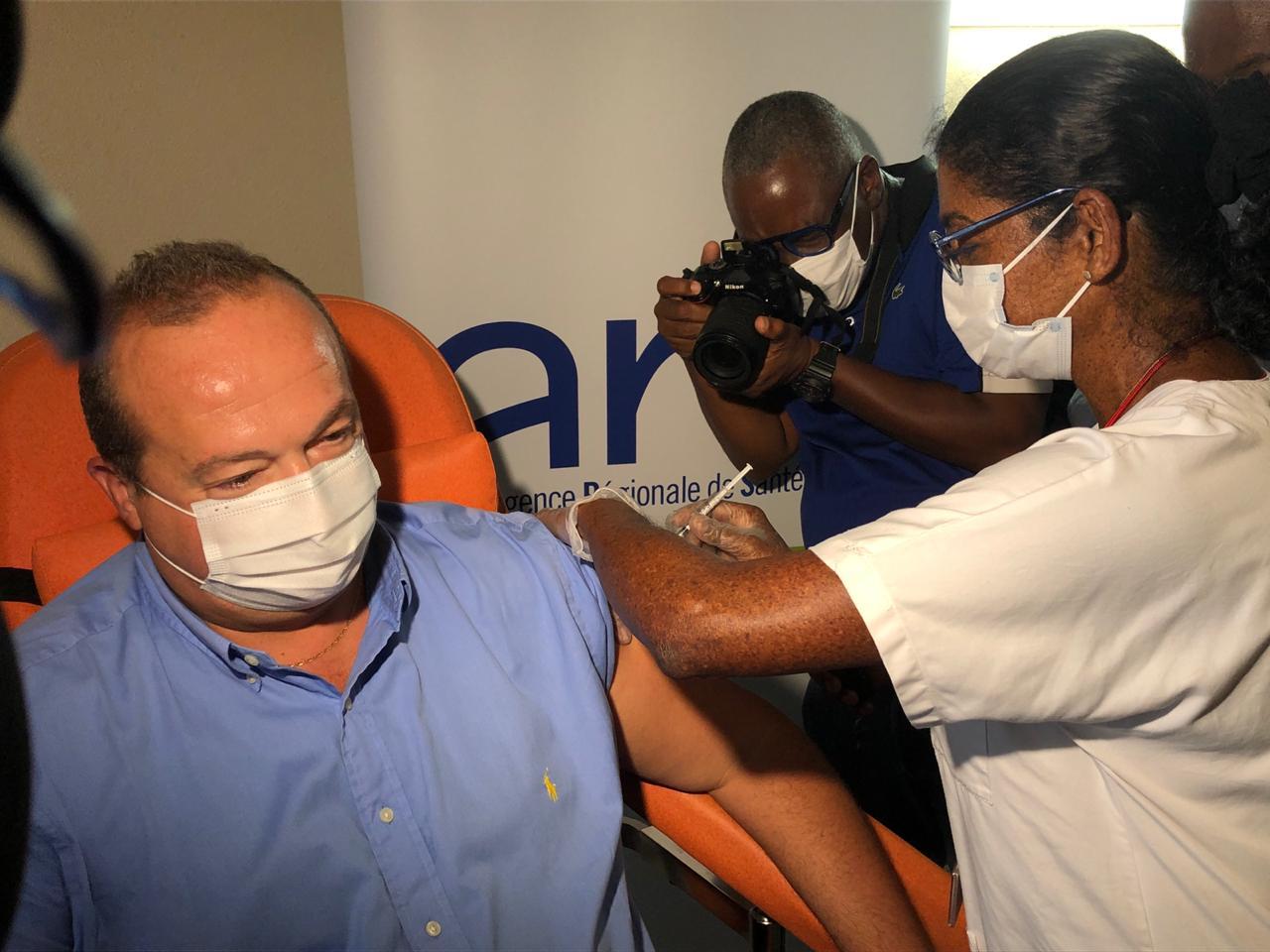 Jérôme Viguier, directeur de l'ARS, est le premier vacciné de Martinique