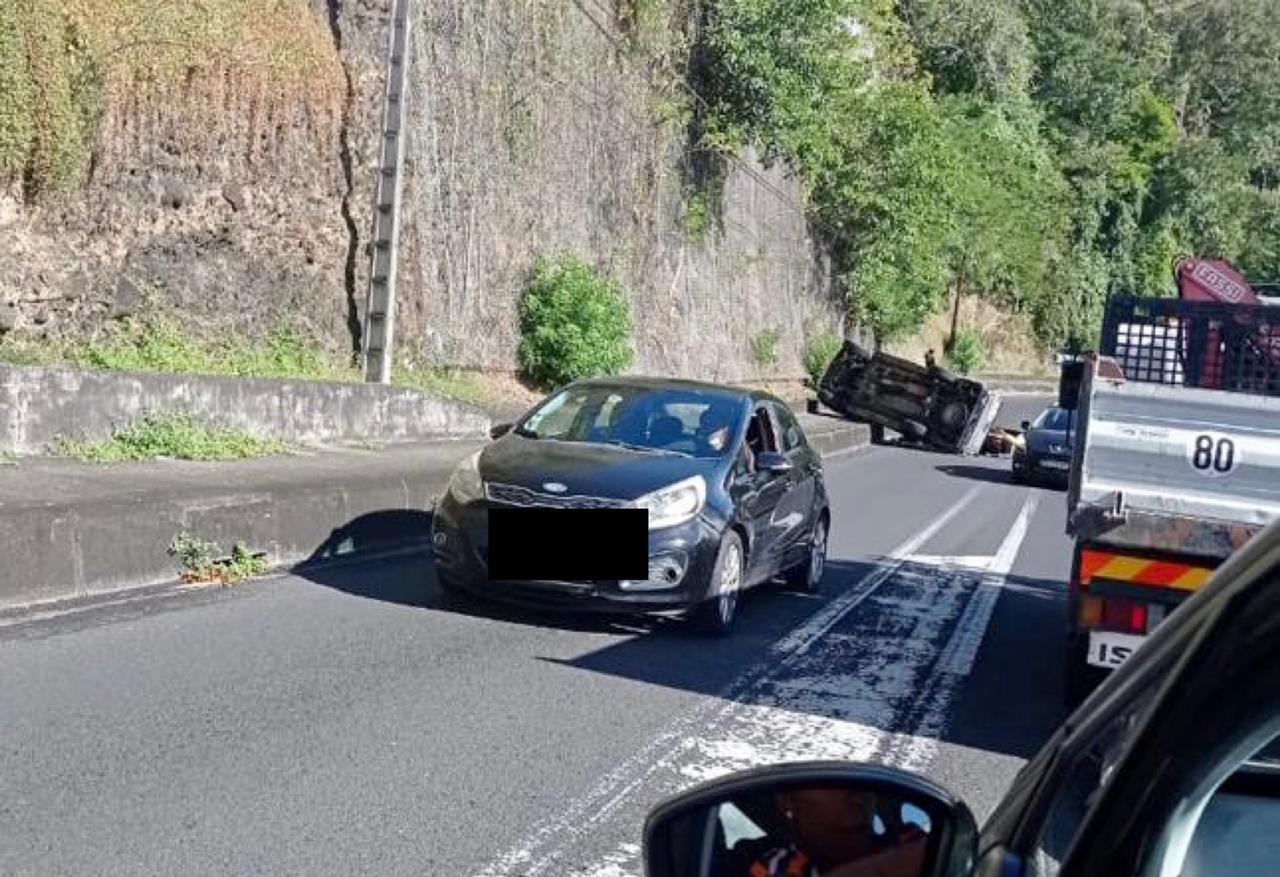 De gros ralentissements sur la RN2 causés par un accident spectaculaire à Fond Lahayé