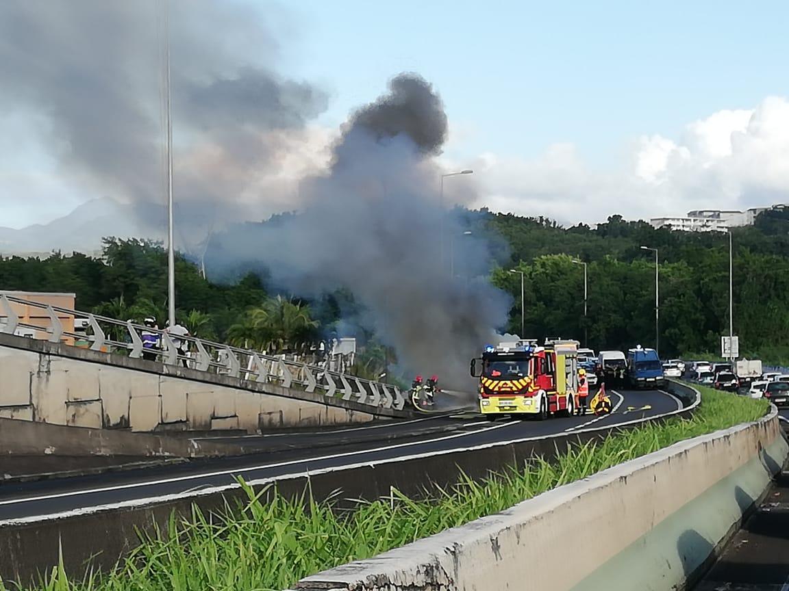 Une voiture en feu sur l'autoroute provoque de gros embouteillages