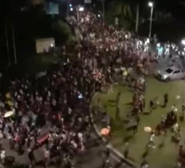 [VIDEO] Des centaines de carnavaliers rassemblés en vidés non autorisés