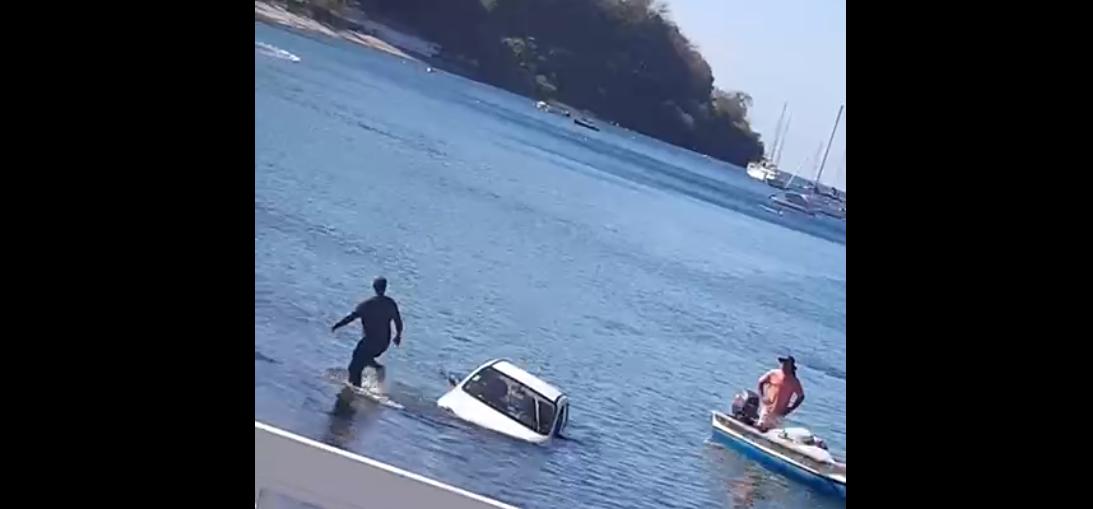 [VIDEO] Une voiture se retrouve dans la baie de Saint-Pierre