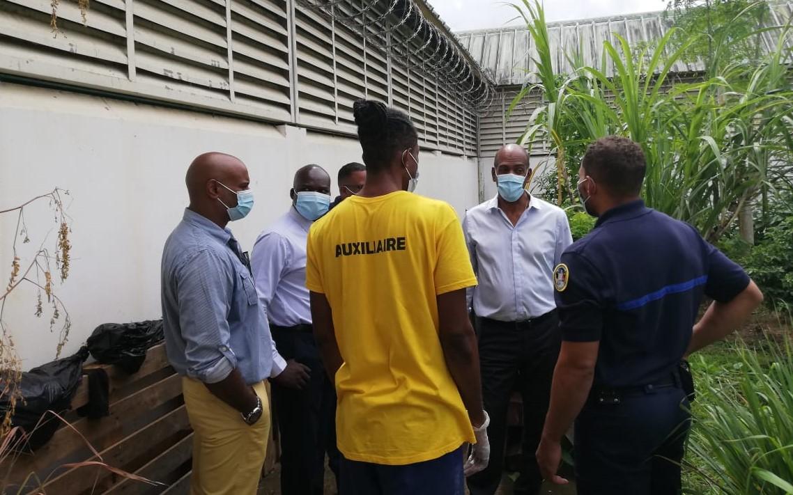Le député Serge Letchimy visite le centre pénitentiaire de Ducos