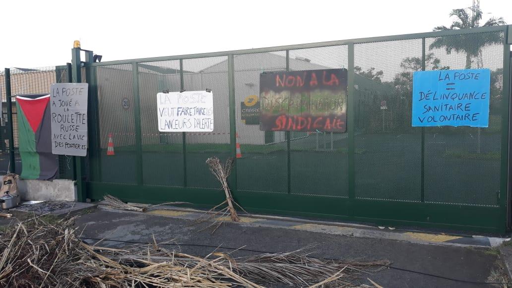 Le centre de tri de Dillon est bloqué par des manifestants depuis deux jours