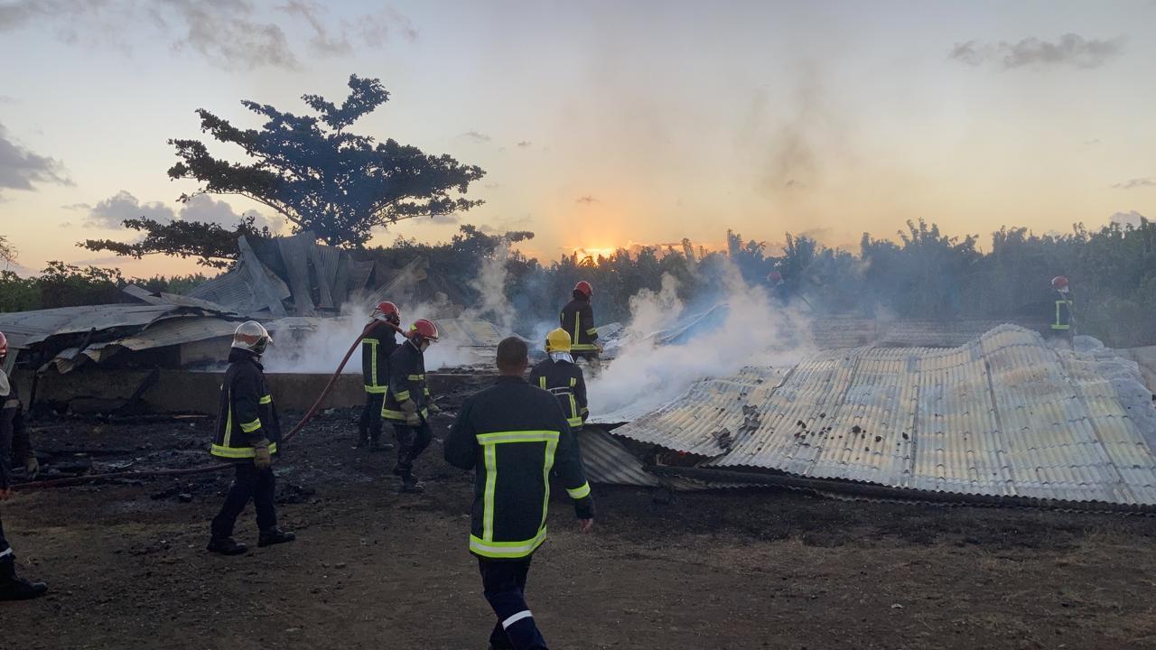 Un hangar détruit par les flammes au Vauclin