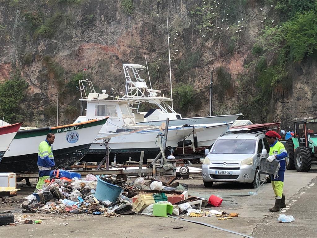 Nettoyage du port de pêche de Case-Pilote sur fond de polémique