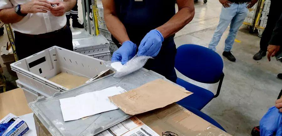 Des enveloppes de cocaïne découvertes au centre de tri de Dillon