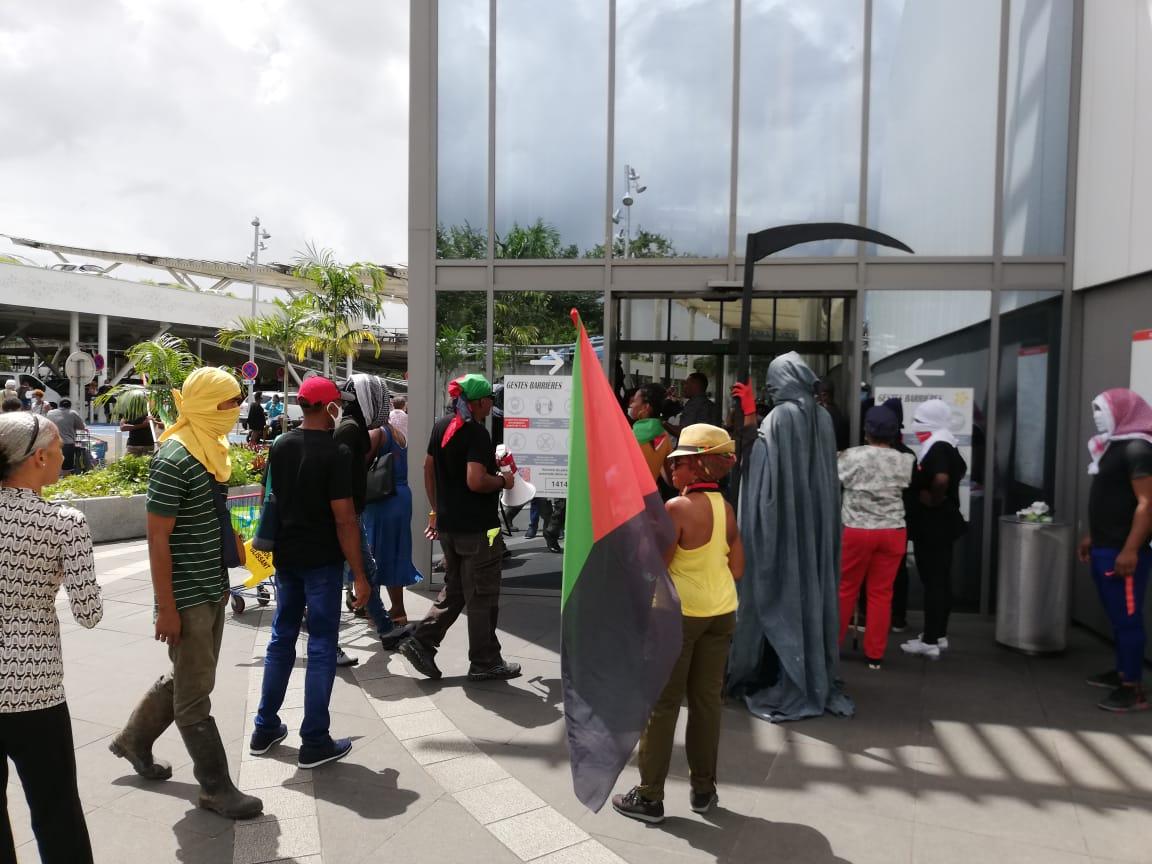 Le centre commercial Génipa temporairement fermé après une action de militants