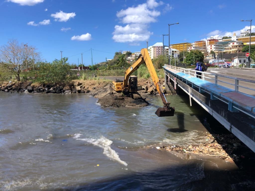 Des travaux pour désensabler l'entrée du canal Levassor à Fort-de-France