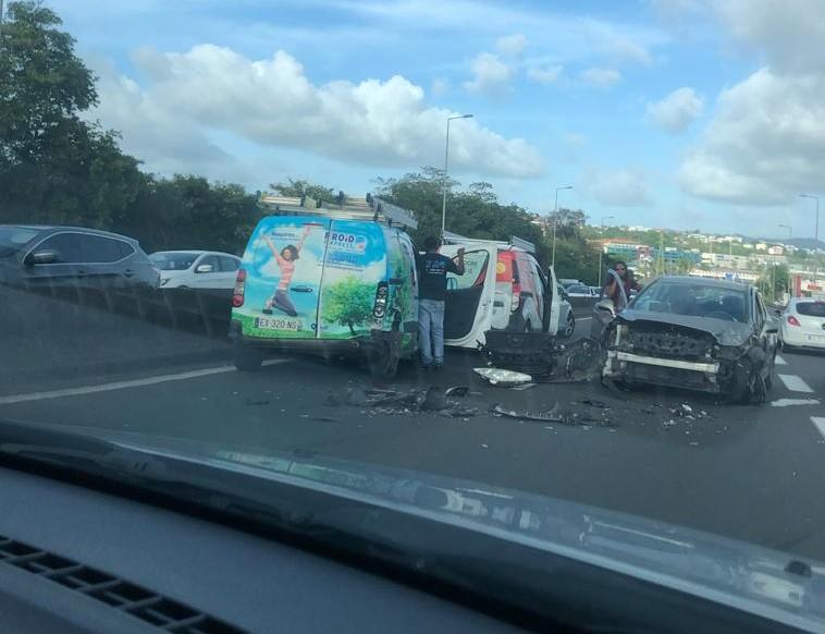 Une collision entre trois voitures fait deux blessés légers