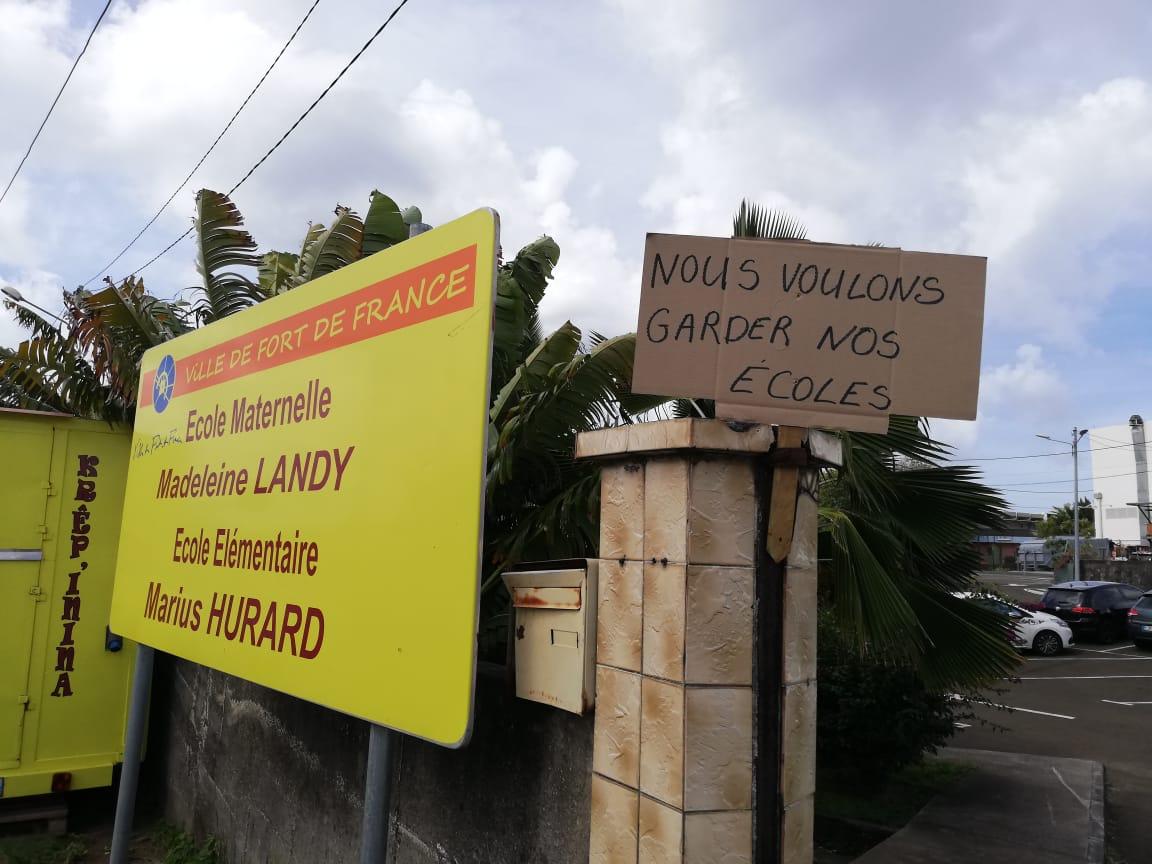 Des parents d'élèves mobilisés contre la fermeture de deux écoles à Fort-de-France