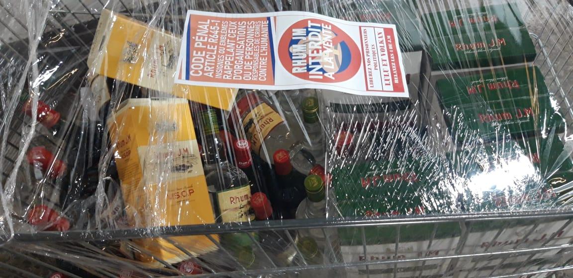 Des militants enlèvent de bouteilles de rhum JM de la vente