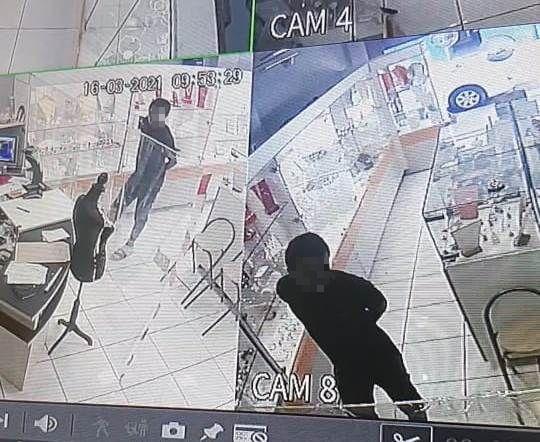 Les clients de la bijouterie étaient en fait des voleurs