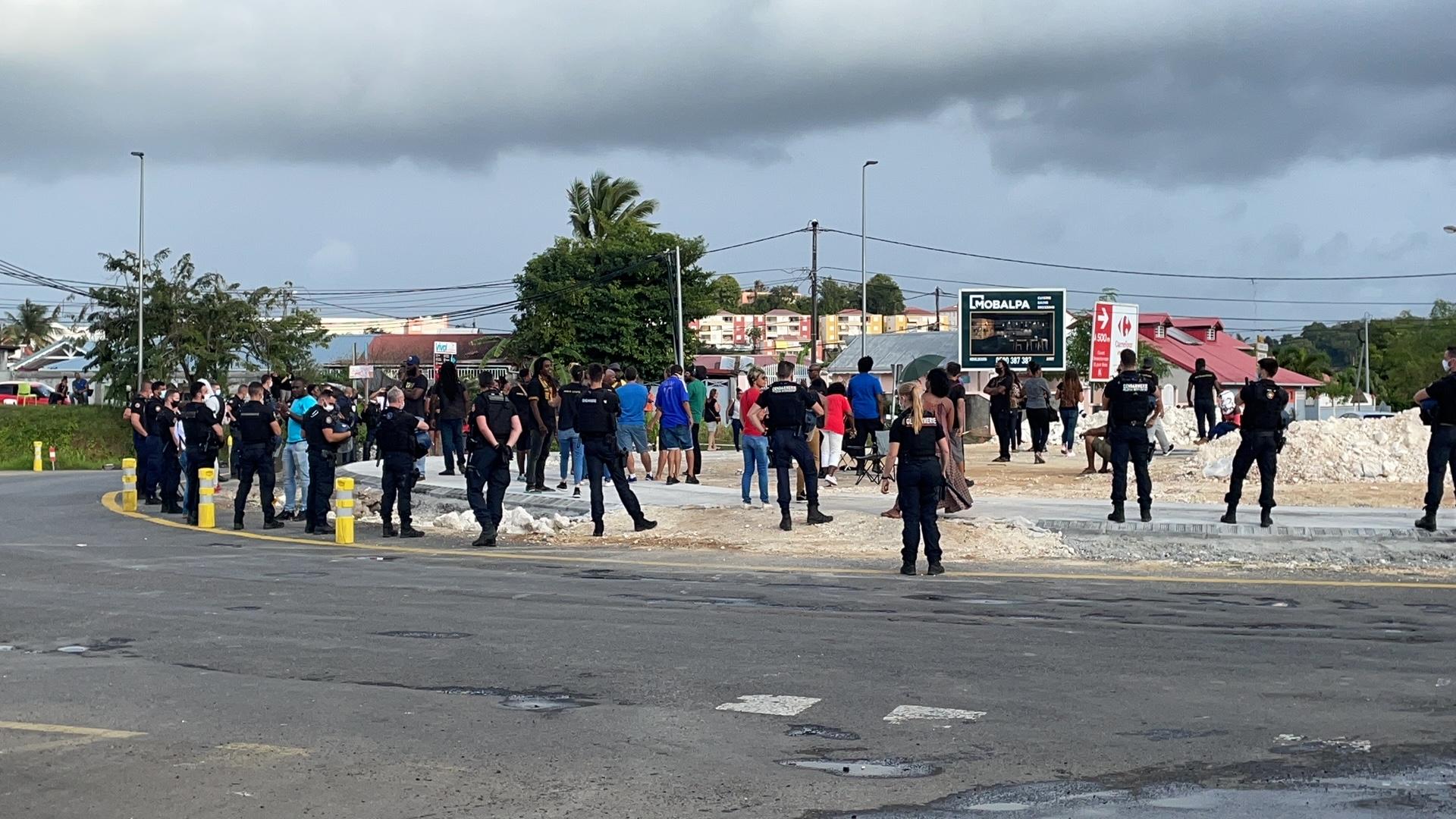 Les parents d'élèves mobilisés ont investi le carrefour giratoire de Perrin