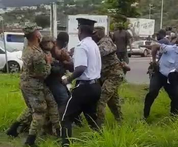 [VIDEO] Un mouvement de protestation des chauffeurs de bus dégénère à la Dominique
