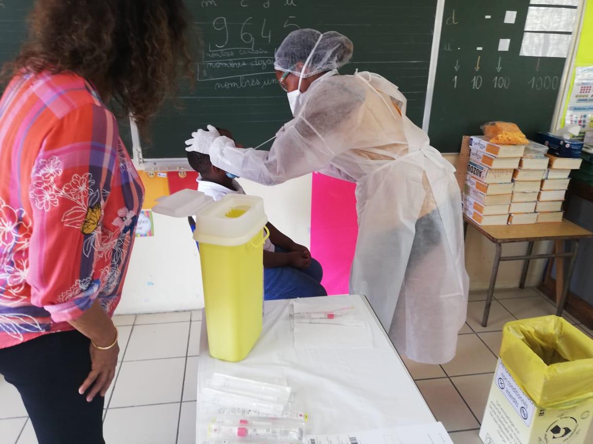 Les premiers tests salivaires déployés dans les écoles