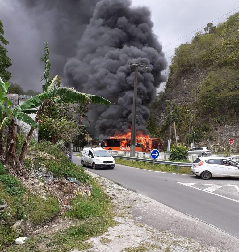 Un bus prend feu aux Abymes