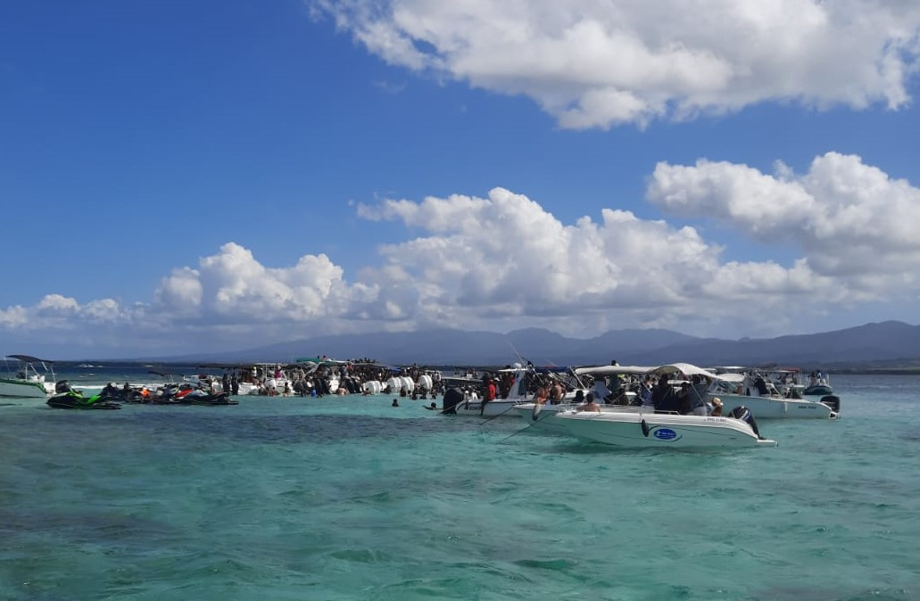 Des centaines de personnes dans une fête nautique au large de Sainte-Rose