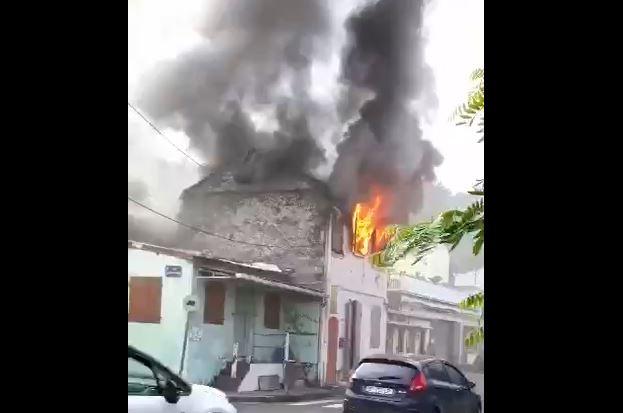 Un incendie menace de se propager dans le bourg de Saint-Pierre